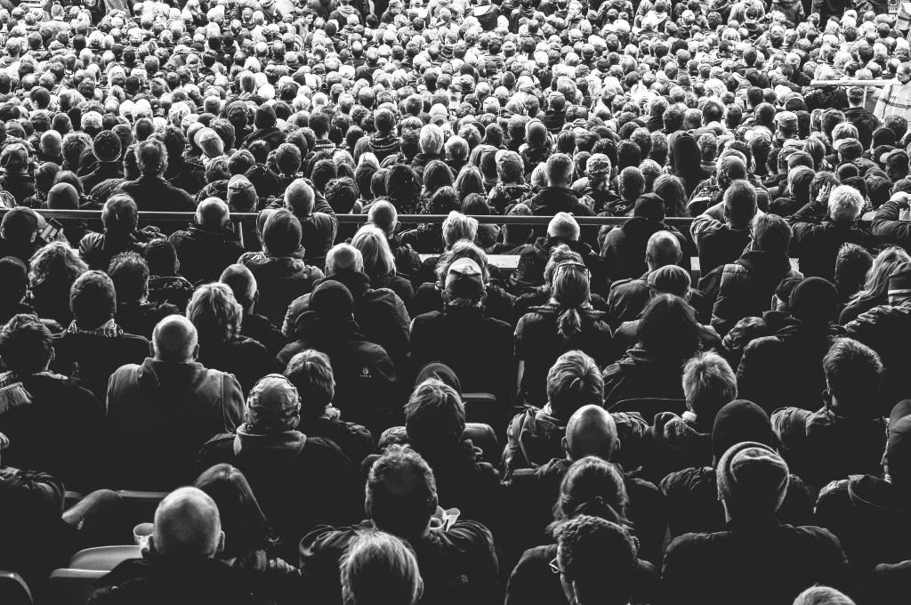 Menschenmenge in schwarz-weiß von hinten.